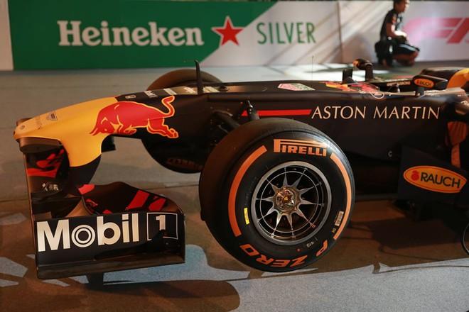 Hình ảnh nóng từ nơi diễn ra màn biểu diễn đua xe F1 tại Hà Nội - Ảnh 9.