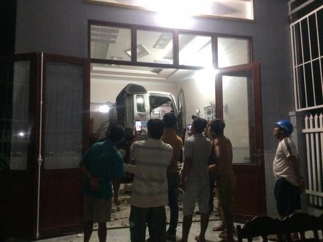 Cận cảnh hiện trường xe đầu kéo đâm xuyên phòng khách, 6 người đang ngủ trong nhà - Ảnh 1.