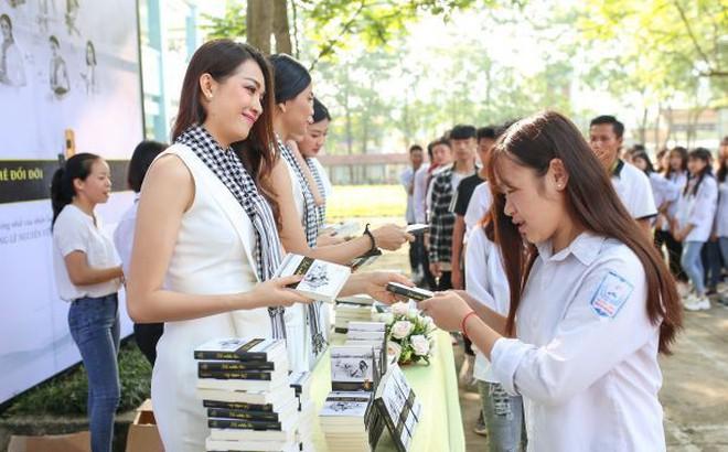 Hành trình Từ Trái Tim: Á hậu, người đẹp vượt núi tặng sách cho thanh niên vùng cao