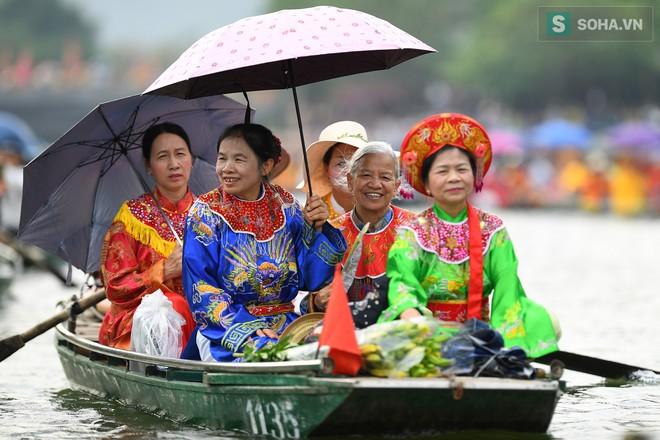 Lễ hội rước rồng độc đáo trên sông nước ở Tràng An - Ninh Bình - Ảnh 4.
