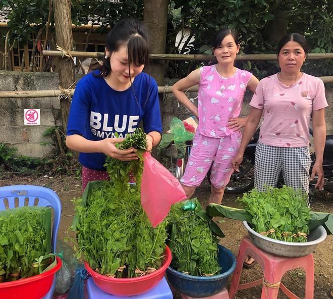 Đầu tuần, cô bé bán rau rừng duyên ơi là duyên khiến dân mạng xôn xao tìm danh tính - ảnh 1