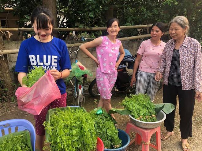 Đầu tuần, cô bé bán rau rừng duyên ơi là duyên khiến dân mạng xôn xao tìm danh tính - ảnh 2