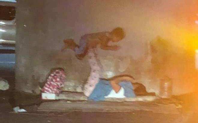 Hai mẹ con lang thang trên vỉa hè giữa đêm và hình ảnh ai ngang qua cũng nghẹn ngào