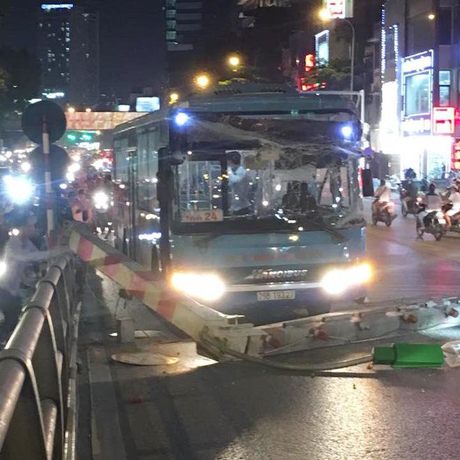 Clip: Xe buýt lao lên cầu vượt Thái Hà - Chùa Bộc, húc đổ cột giới hạn chiều cao  - Ảnh 2.