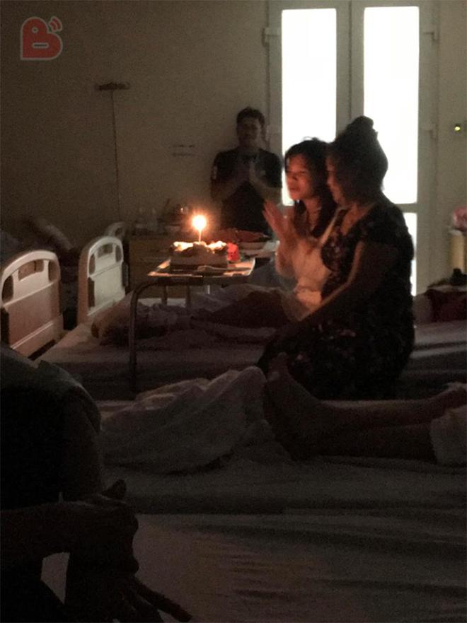 Con gái nằm viện và chiếc bánh sinh nhật dành cho mẹ khiến cả phòng bệnh nghẹn ngào - ảnh 2
