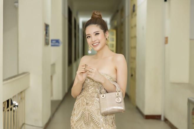 Hoa hậu Phan Hoàng Thu khoe vai trần gợi cảm - Ảnh 2.