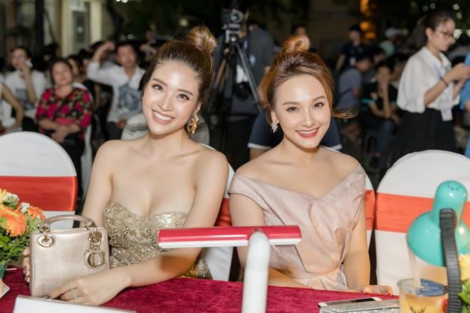 Hoa hậu Phan Hoàng Thu khoe vai trần gợi cảm - Ảnh 5.