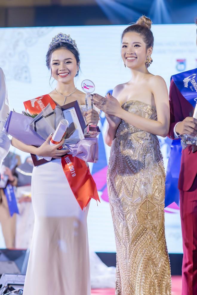Hoa hậu Phan Hoàng Thu khoe vai trần gợi cảm - Ảnh 8.