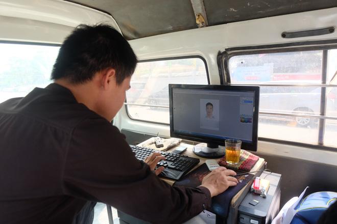 Biến ô tô cà tàng thành studio di động, thợ ảnh Hà Nội kiếm bạc triệu mỗi ngày - Ảnh 4.