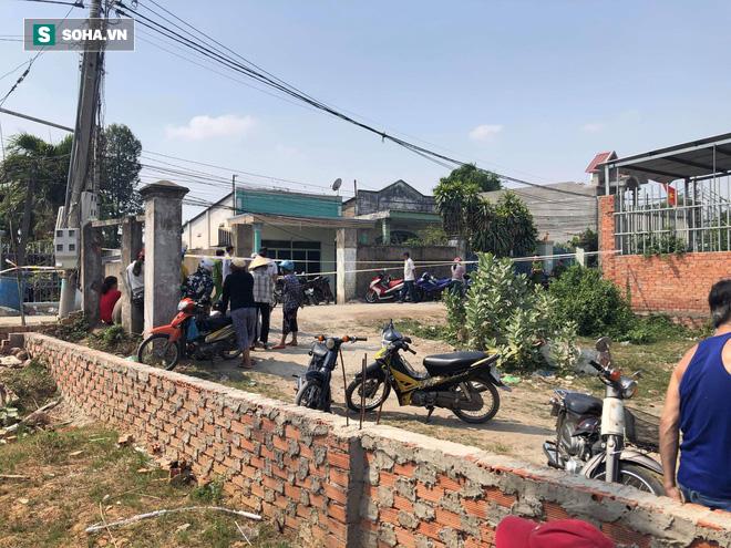 [Tường thuật từ hiện trường] Công an thu thập dấu vết dưới nền nhà vụ thảm sát 3 người trong một gia đình - Ảnh 14.