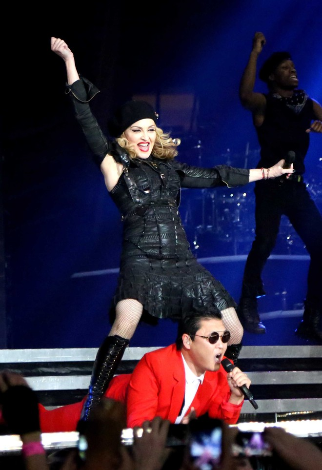 MV mới của Madonna: 60 tuổi vẫn nóng bỏng và nét tương đồng với Hà Anh Tuấn - Ảnh 3.