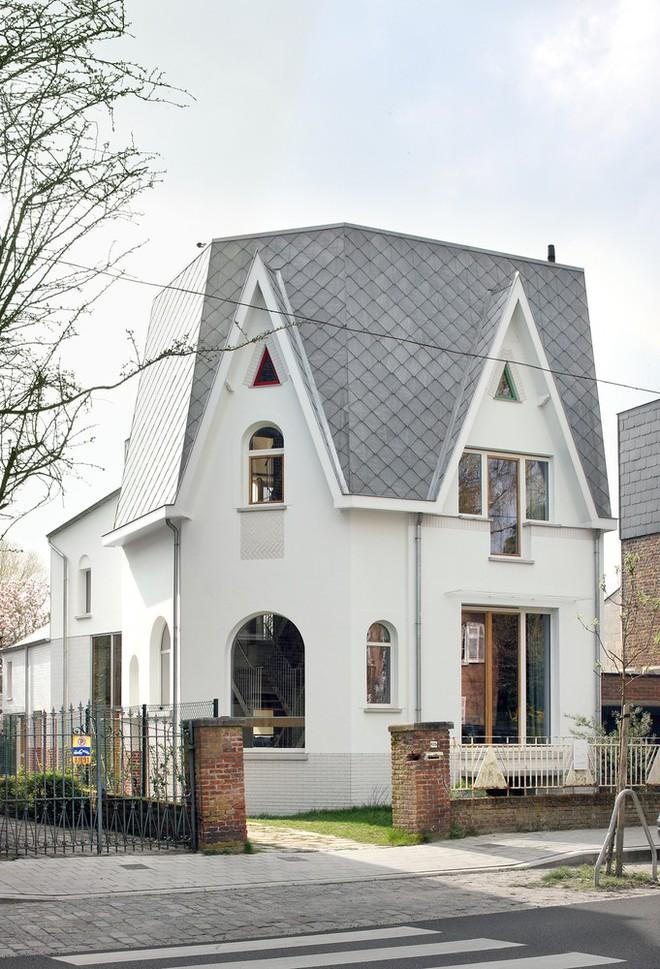 Ngôi nhà gần 100 năm tuổi đẹp ngỡ ngàng sau khi được cải tạo - Ảnh 1.