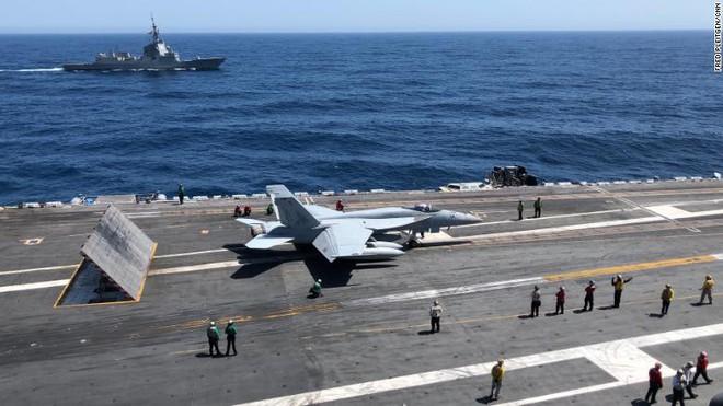 Tên lửa Nga bay tới tấp ngoài khơi Syria, nghênh đón tàu sân bay Mỹ tiến vào Địa Trung Hải - Ảnh 2.