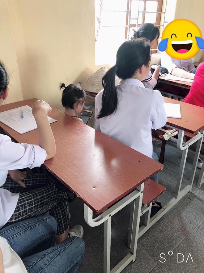 Giữa lớp học, một nhân vật lạ lùng xuất hiện làm việc riêng khiến dân mạng xuýt xoa - Ảnh 1.