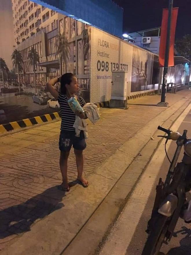 Người cha vừa đi vừa khóc trên đường và việc làm được tán thưởng của cô gái lạ mặt - Ảnh 2.