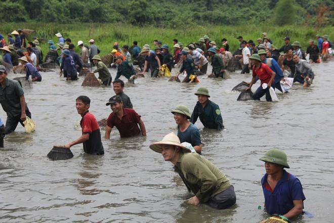 Cả làng ào xuống đầm Vực bắt cá sau những tiếng hú vang - Ảnh 8.