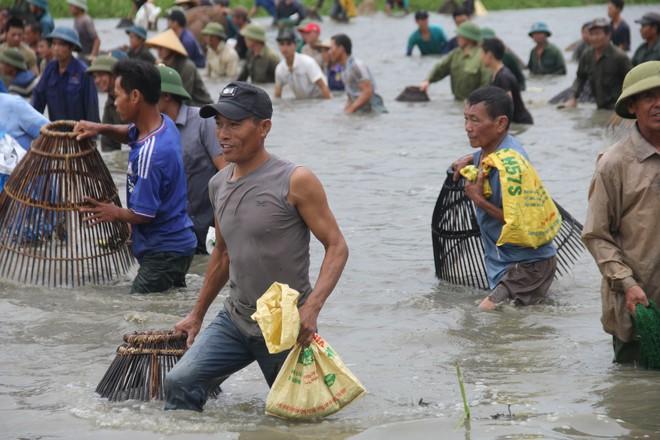 Cả làng ào xuống đầm Vực bắt cá sau những tiếng hú vang - Ảnh 10.