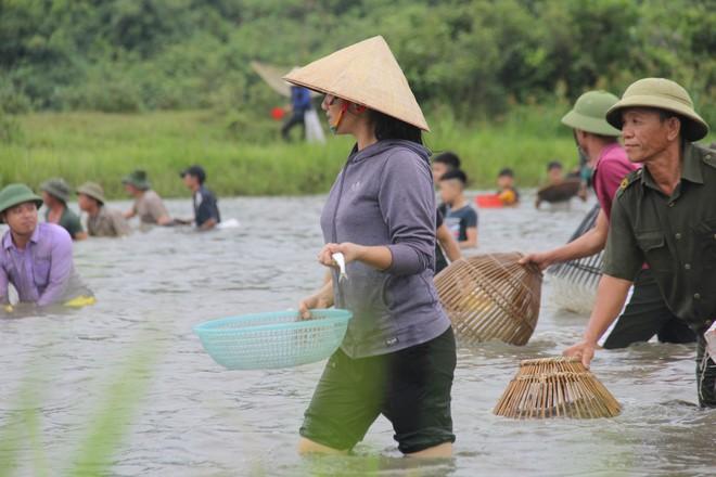 Cả làng ào xuống đầm Vực bắt cá sau những tiếng hú vang - Ảnh 6.