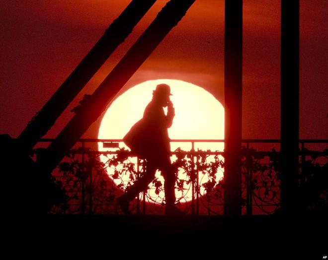 24h qua ảnh: Tượng Phật bằng đá cao nhất thế giới ở Trung Quốc - ảnh 11