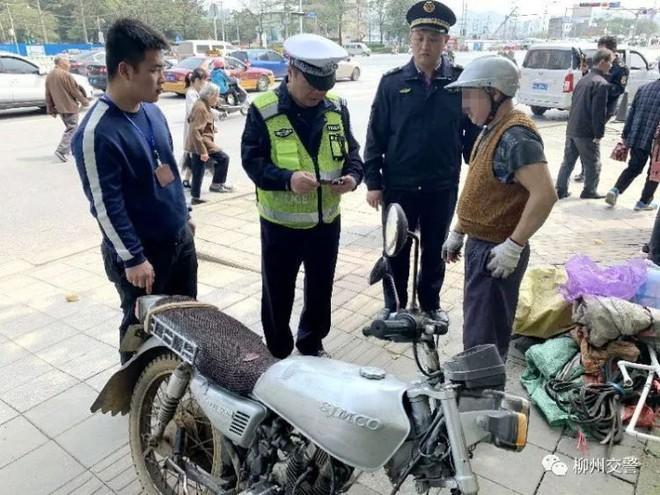 Tiếc tiền thi bằng lái, người đàn ông tự làm bằng như trò hề để qua mặt cảnh sát - Ảnh 1.