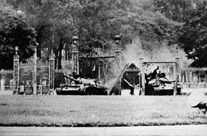 Tình huống hy hữu trên đường xuất kích của xe tăng VN: Trúng mìn - Số đen thì phải chịu! - Ảnh 1.