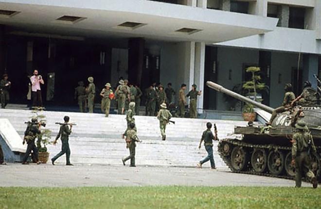 Tình huống hy hữu trên đường xuất kích của xe tăng VN: Trúng mìn - Số đen thì phải chịu! - Ảnh 3.