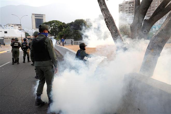 Đảo chính ở Venezuela: Cận cảnh lựu đạn hơi cay phóng ra từ căn cứ không quân La Carlota - Ảnh 1.