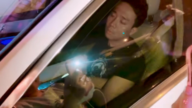 Trấn Thành mệt mỏi, ngủ gục trong ô tô và bực bội với Hari Won  - Ảnh 1.