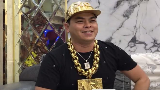 Phúc XO sắm mũ vàng đính kim cương trị giá 1,8 tỷ và thú chơi ngông của đại gia Việt - Ảnh 1.