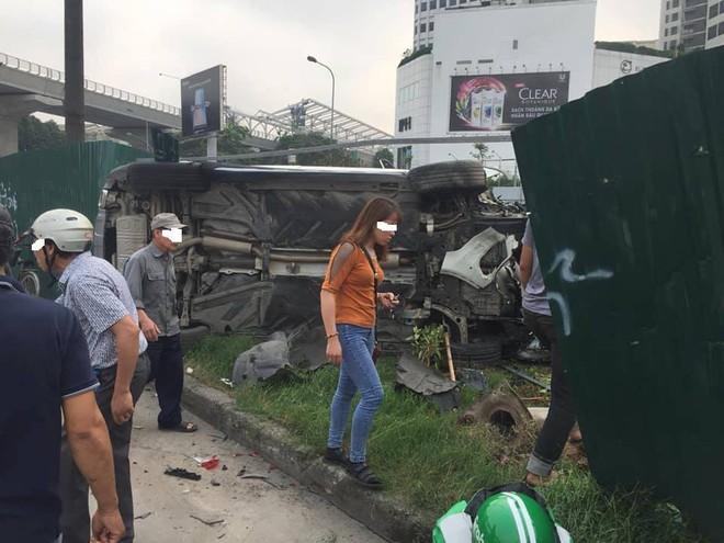 Clip: Nữ tài xế lái Mercedes vượt đèn đỏ, đâm nát nhiều xe máy ở Mai Dịch sáng nay - Ảnh 5.