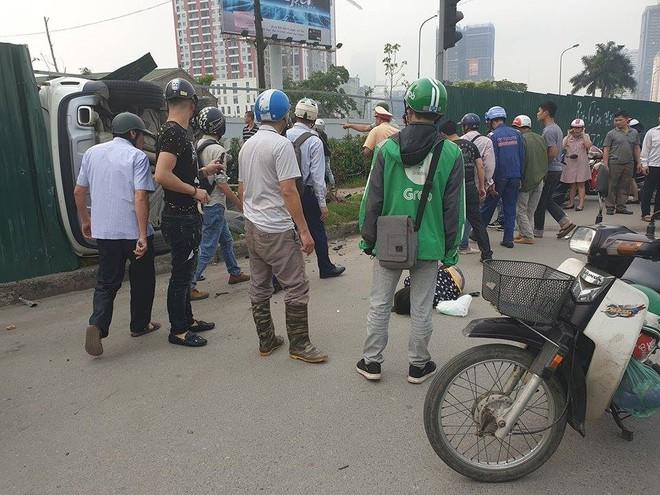 Clip: Nữ tài xế lái Mercedes vượt đèn đỏ, đâm nát nhiều xe máy ở Mai Dịch sáng nay - Ảnh 8.