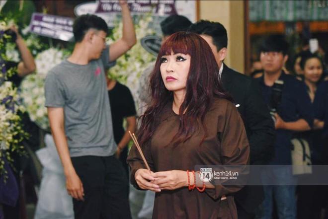 NSƯT Thành Lộc, Phương Thanh và các nghệ sĩ đến viếng diễn viên Anh Vũ trong đêm đầu tang lễ - Ảnh 5.