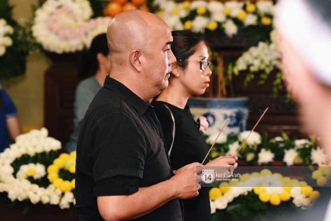 NSƯT Thành Lộc, Phương Thanh và các nghệ sĩ đến viếng diễn viên Anh Vũ trong đêm đầu tang lễ - Ảnh 9.