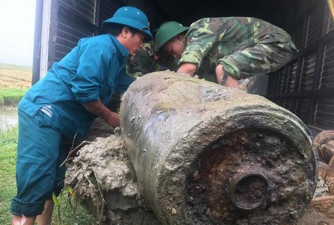 Clip kích nổ tiêu hủy quả bom dài 1,2m được người dân phát hiện - Ảnh 1.