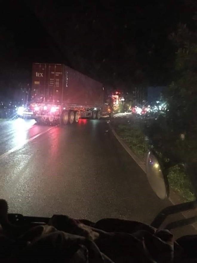 Taxi đấu đầu xe khách, 3 người tử vong tại chỗ - Ảnh 1.