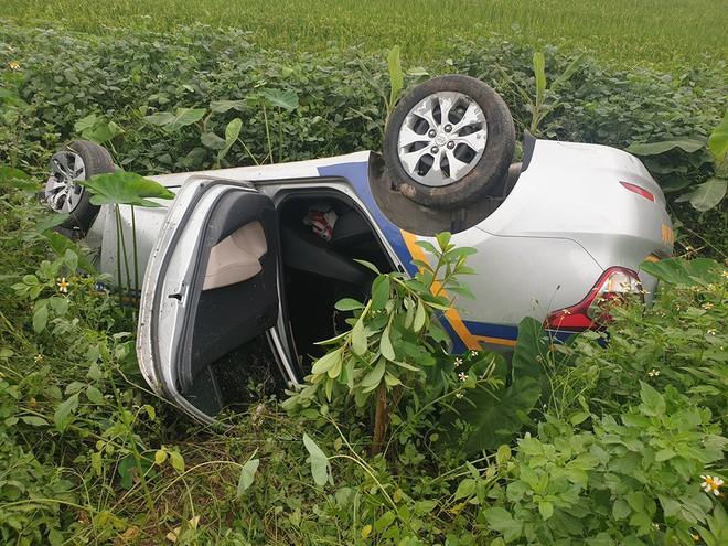Cứu 2 vợ chồng từ chiếc taxi lật ngửa dưới ruộng, chia sẻ của người đàn ông còn gây bất ngờ hơn - Ảnh 3.
