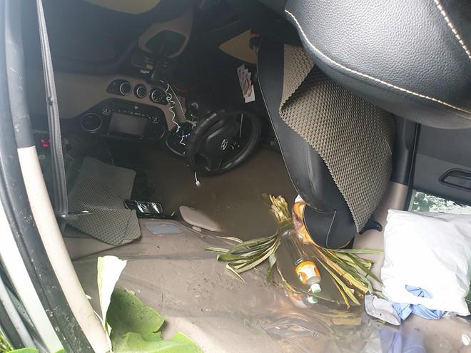 Cứu 2 vợ chồng từ chiếc taxi lật ngửa dưới ruộng, chia sẻ của người đàn ông còn gây bất ngờ hơn - Ảnh 4.