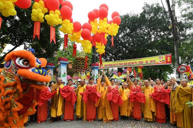 Hơn 400 xe hoa diễu hành rước Phật trước đại lễ Phật Đản Vesak - Ảnh 4.