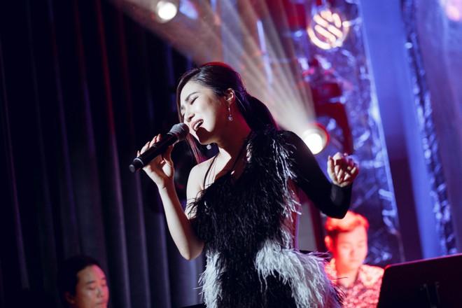 Hương Tràm đổ bệnh, phải tiêm kháng sinh để hát và bật khóc trong show diễn cuối cùng - Ảnh 3.