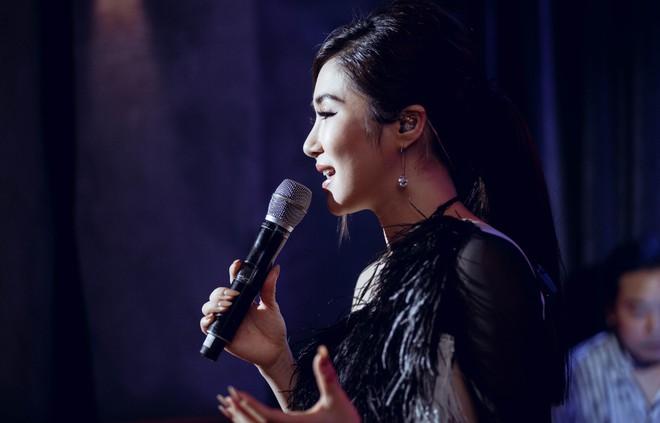 Hương Tràm đổ bệnh, phải tiêm kháng sinh để hát và bật khóc trong show diễn cuối cùng - Ảnh 1.