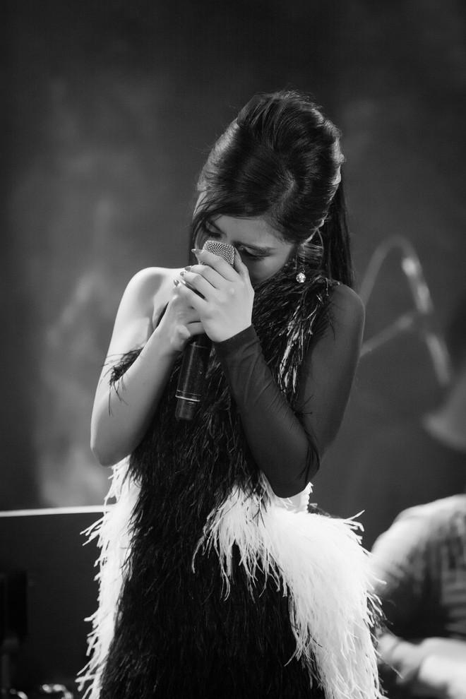 Hương Tràm đổ bệnh, phải tiêm kháng sinh để hát và bật khóc trong show diễn cuối cùng - Ảnh 5.