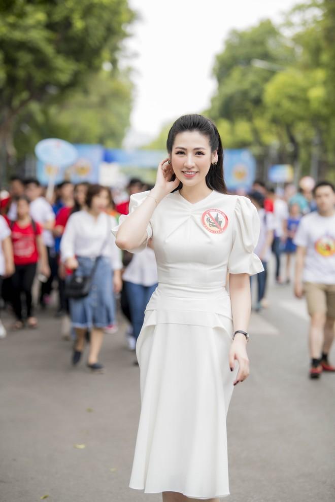 Á hậu Tú Anh lấy lại nhan sắc sau 4 tháng sinh nở, chạy show liên tục - Ảnh 1.