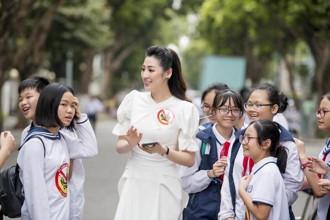 Á hậu Tú Anh lấy lại nhan sắc sau 4 tháng sinh nở, chạy show liên tục - Ảnh 3.