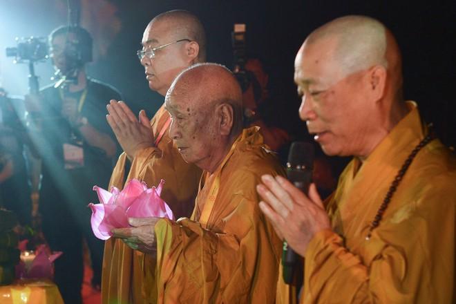 Lung linh đêm hội hoa đăng cầu cho thế giới hòa bình tại Đại lễ Phật Đản Vesak 2019 - Ảnh 5.