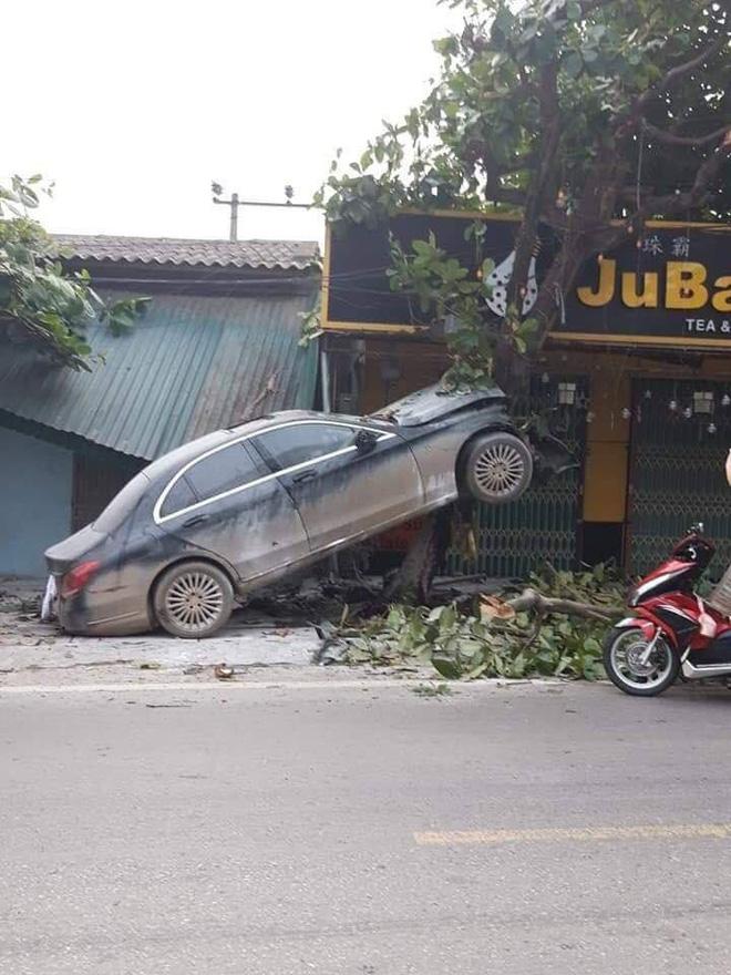 3 bức ảnh ghi lại hiện trường tai nạn khó hiểu của xe sang Mercedes - Ảnh 1.