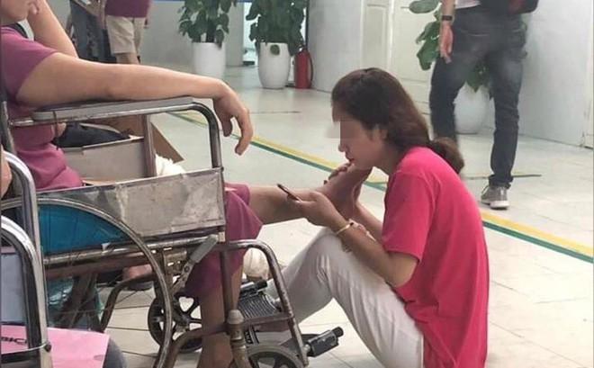 Con gái ôm chân mẹ suốt 2 tiếng trong bệnh viện - hình ảnh khiến ai thấy cũng cảm động