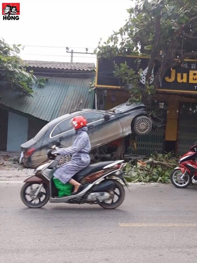3 bức ảnh ghi lại hiện trường tai nạn khó hiểu của xe sang Mercedes - Ảnh 2.