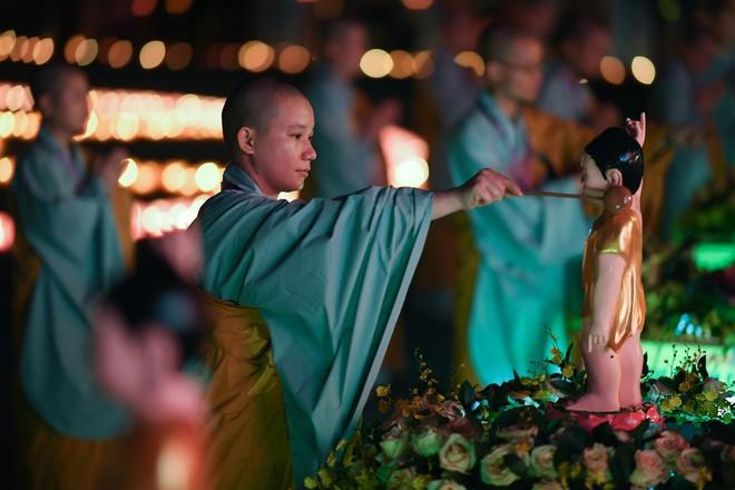 Lung linh đêm hội hoa đăng cầu cho thế giới hòa bình tại Đại lễ Phật Đản Vesak 2019 - Ảnh 12.