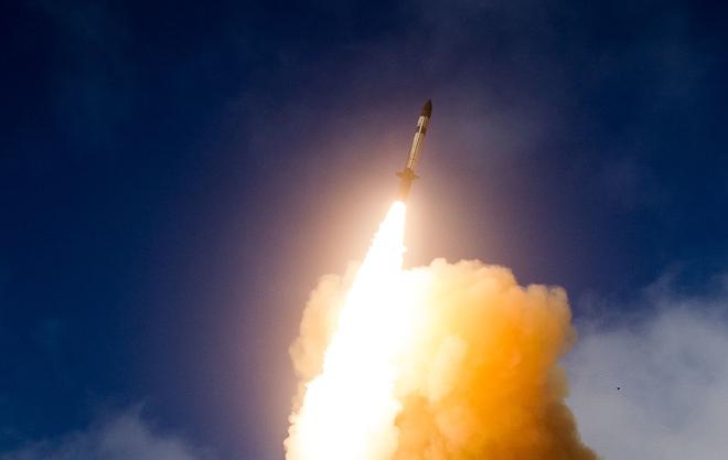 Mỹ phóng tên lửa 'sát thủ' đánh chặn ngoài tầng khí quyển thị uy trước Nga - Ảnh 1.