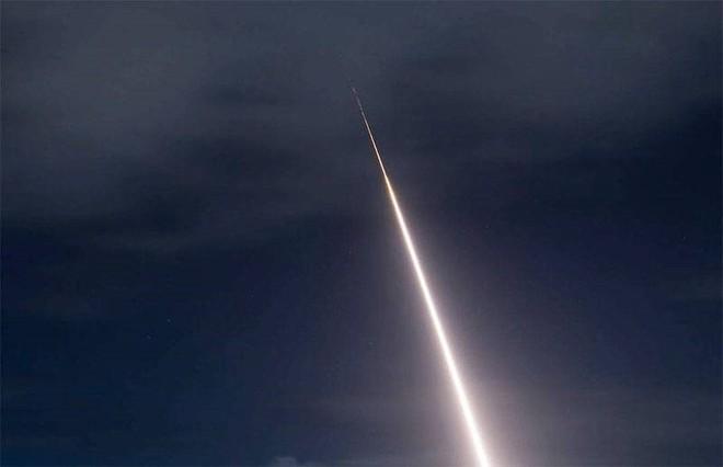Mỹ phóng tên lửa 'sát thủ' đánh chặn ngoài tầng khí quyển thị uy trước Nga - Ảnh 2.